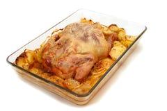 被烘烤的鸡用在玻璃盘的土豆 库存照片