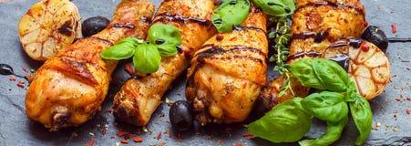 被烘烤的鸡用大蒜、桃红色胡椒和蓬蒿 图库摄影