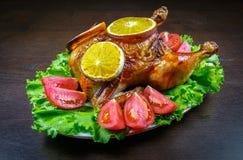 被烘烤的鸡用桔子和新鲜的蕃茄 免版税库存照片