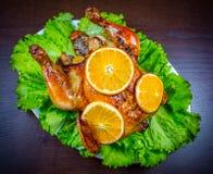 被烘烤的鸡用桔子和沙拉 图库摄影