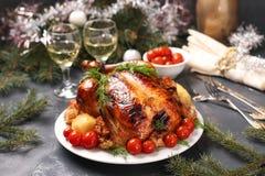 被烘烤的鸡用蜂蜜、酱油、葱和大蒜,供食用土豆和西红柿 库存照片