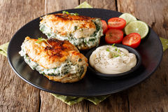 被烘烤的鸡胸脯充塞用乳酪和菠菜,特写镜头 免版税库存照片