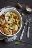 被烘烤的鸡胸脯用南瓜、夏南瓜和葱 图库摄影
