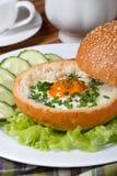 被烘烤的鸡蛋健康早餐在小圆面包的 图库摄影