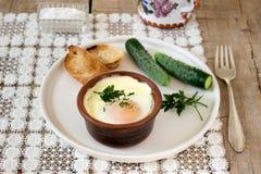 被烘烤的鸡蛋用面包和黄瓜 土气样式,选择聚焦 库存图片