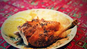被烘烤的鸭子 从肉、圆白菜和饺子的传统捷克可口盘 午餐在圣诞节期间的一欢乐天 库存照片