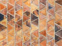 被烘烤的黏土三角平板,在重叠的行用于小海湾 免版税库存图片