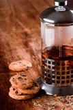 被烘烤的黑色曲奇饼新鲜的茶 免版税图库摄影