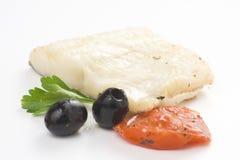 被烘烤的黑色鳕鱼片橄榄蕃茄夏南瓜 免版税库存照片