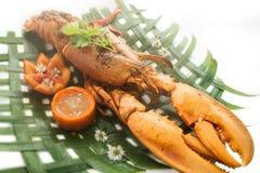 被烘烤的龙虾用乳酪和辣调味汁在香蕉事假服务 库存图片