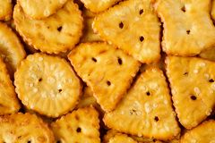 被烘烤的,盐味的鲜美微型椒盐脆饼用不同的形状 宏观食物纹理背景 免版税库存照片