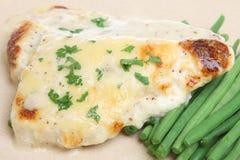 被烘烤的黑线鳕鱼用乳酪调味料 免版税图库摄影