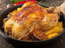 被烘烤的整鸡用土豆 库存图片