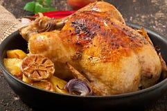 被烘烤的整鸡用土豆 免版税库存照片