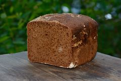被烘烤的黑麦面包 库存图片