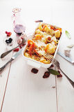 被烘烤的Conchiglioni面团用srimps,乳酪和奶油沙司 免版税库存照片