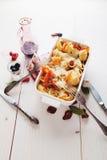 被烘烤的Conchiglioni面团用srimps,乳酪和奶油沙司 库存照片