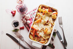 被烘烤的Conchiglioni面团用srimps,乳酪和奶油沙司 库存图片