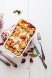 被烘烤的Conchiglioni面团用srimps,乳酪和奶油沙司 免版税图库摄影