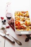 被烘烤的Conchiglioni面团用srimps,乳酪和奶油沙司 免版税库存图片