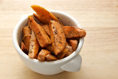 被烘烤的herbed土豆甜点 图库摄影