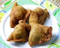 被烘烤的samosas 免版税库存图片