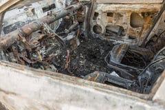 被烧光的汽车特写镜头在街道上的 免版税库存照片