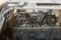 被烧光的汽车特写镜头在街道上的 免版税库存图片