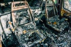 被烧光的汽车,与春天的被烧的位子 图库摄影