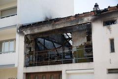 被烧焦的废墟和遗骸被烧在房子下 免版税库存照片