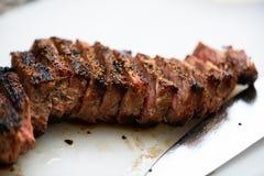 被烧焦的牛肉和刀片 免版税库存图片