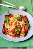 被烧焦的茄子、胡椒和bulghar沙拉 免版税库存照片
