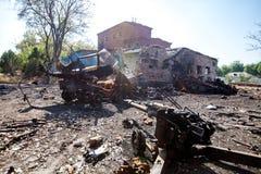 被烧的军用设备和火炮枪,战争行动后果,乌克兰和Donbass冲突 免版税图库摄影