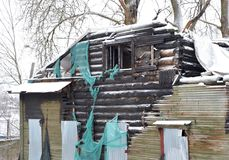 被烧的大厦在冬天 免版税库存图片