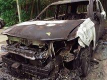 被烧的或被烧的豪华汽车,汽车由放火损坏了 免版税库存照片