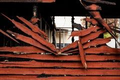 被烧的打破的木墙壁 免版税库存照片