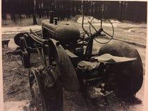 被烧的拖拉机 免版税库存图片