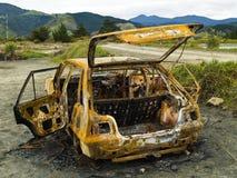 被烧的汽车停止不干生锈的s窃取的视图 库存照片