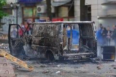 被烧的汽车在城市的中心在不安以后的 图库摄影