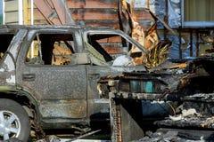 被烧的汽车 放火到在停车场的汽车 匪盗在以后打仗,火机器的破坏 汽车accid的后果 库存图片
