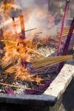 被烧的香火祷告 免版税库存照片