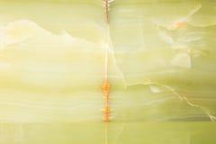 被照亮的切片大理石石华 水平的图象 温暖的绿色 背景的美好的关闭 免版税库存图片