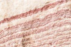 被照亮的切片大理石石华 水平的图象 温暖的镇静颜色 背景,类似玛瑙的条纹大理石纹理的美好的关闭 库存照片