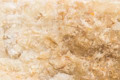 被照亮的切片大理石石华 水平的图象 温暖的镇静颜色 背景,类似玛瑙的条纹大理石纹理的美好的关闭 免版税库存照片