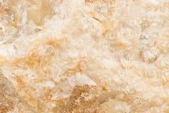 被照亮的切片大理石石华 水平的图象 温暖的镇静颜色 背景,类似玛瑙的条纹大理石纹理的美好的关闭 免版税库存图片