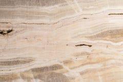 被照亮的切片大理石石华 水平的图象 温暖的镇静颜色 背景,类似玛瑙的条纹大理石纹理的美好的关闭 免版税图库摄影