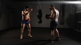 被照顾的 Kickboxer和他的辅导者,训练军事敲打 股票视频