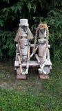 被爱的人和女性开会在长凳在别针树下作为桦树树干的手工制造庭院装饰 图库摄影