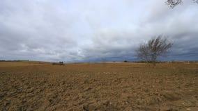 被犁的土地在有移动的云彩的奥德省,法国 股票录像
