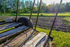被犁的土地的看法 从犁的犁沟 农业预习功课 免版税库存图片